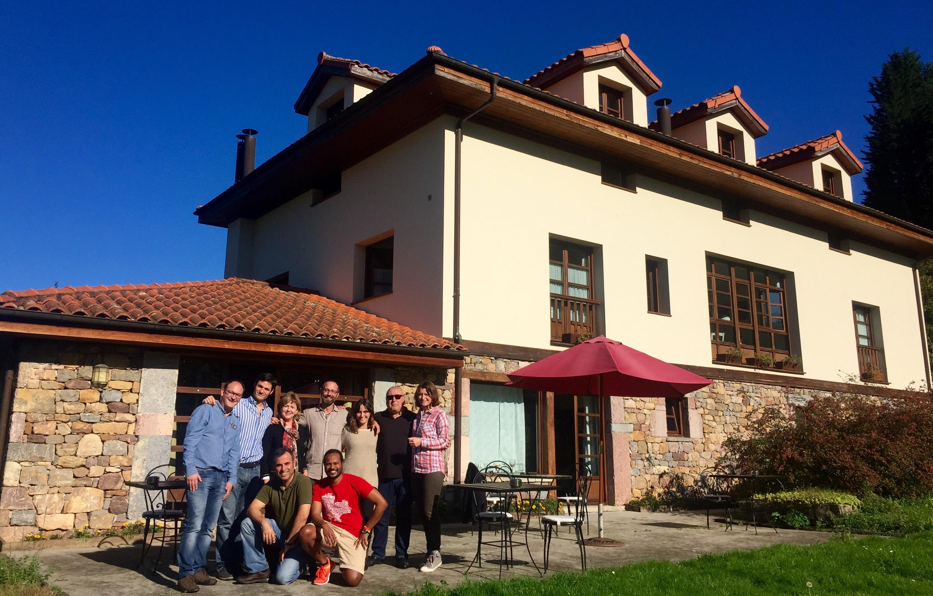 Foto de grupo frente al Hotel Casa de la Veiga